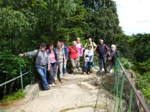Wandergruppe auf dem Aussichtsfelsen